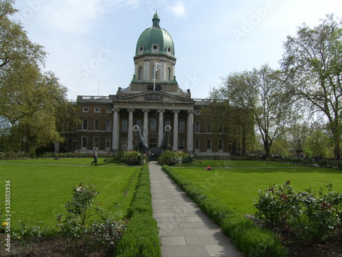 Fotografiet London / UK - May 03 2008 : Imperial War Museum gardens and frontside of the bui