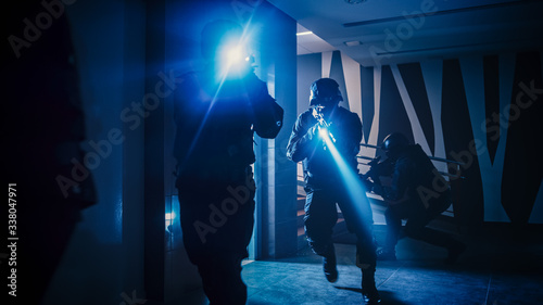 Fotografía Masked Squad of Armed SWAT Police Officers Move Out from the Elevator and Storm the Corridor of an Office Building