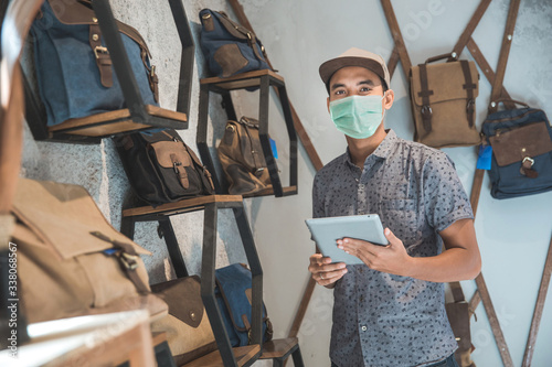 Fotografía sick male business owner keep working and wear face masks