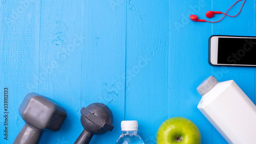 Fotografia Directly Above Shot Of Granny Smith Apple By Personal Accessories On Table
