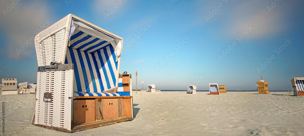 Fototapeta leerer Strandkorb am Meer