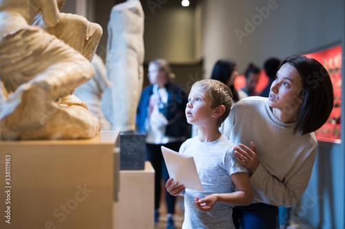 Fotografía Woman and boy visiting sculptures exhibition