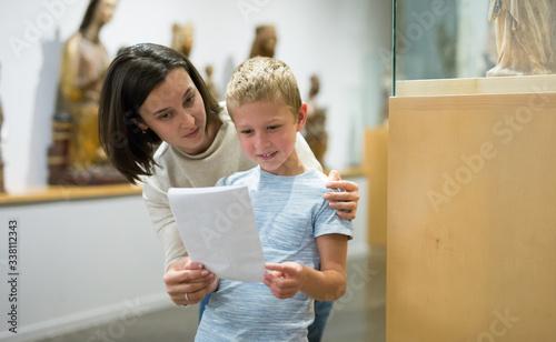 Cuadros en Lienzo Woman and boy visiting sculptures exhibition