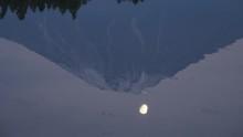 水面に映る富士山と月...