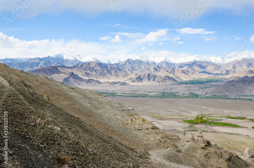 Fotomural Panorama of the Stok Valley green fields and Indian Himalayas mountain range, wi