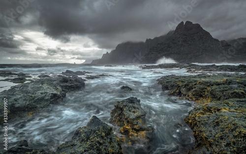 Vászonkép Felsige Küste mit Stürmischer See und Goldstücken am auf den Felsen