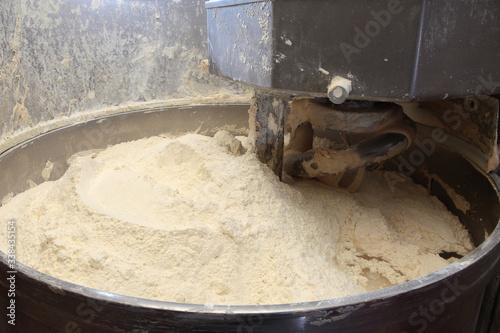 Photo Si miscela la farina nell'impastatrice  per produrre il pane tradizionale abruzz