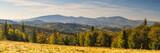 Panorama z widokiem na góry w jesiennych barwach