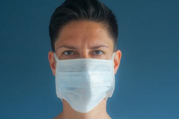Młoda kobieta w masce kwarantanna w domu covid-19