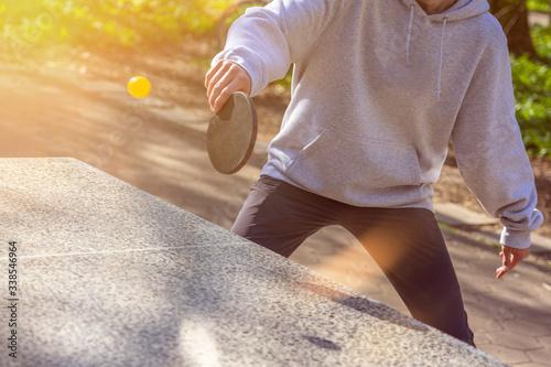 Foto Tischtennis spielen im Freien: Jugendliche im Park / im Grünen