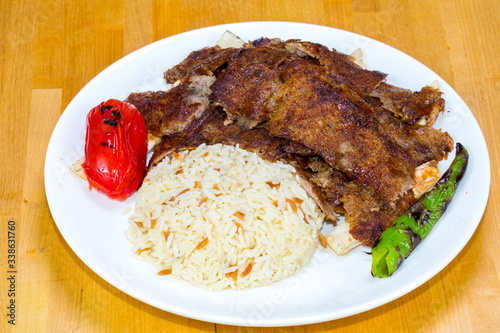 Photo Gyro kebab with salad and rice on plate