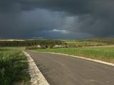 droga i burzowe niebo