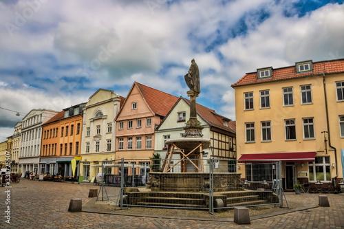 Fototapety, obrazy: güstrow, deutschland - borwinbrunnen auf dem pferdemarkt