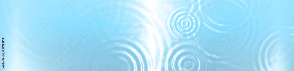水面に広がる抽象的な波紋