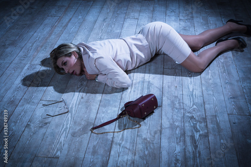 Photo Crime scene with strangled pretty business woman lying on the floor