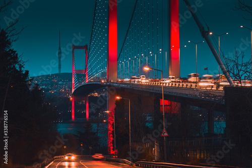 Fotografia Long exposure bosporus bridge with dramatic moody and trendy colors during twili