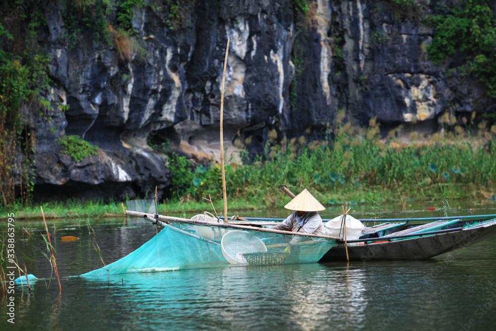 Fototapeta połów za pomocą tradycyjnych sieci na wietnamskiej rzece