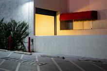 Entrada A Un Garaje Cercana A Un Parking. Ciudad De Los Angeles, California.