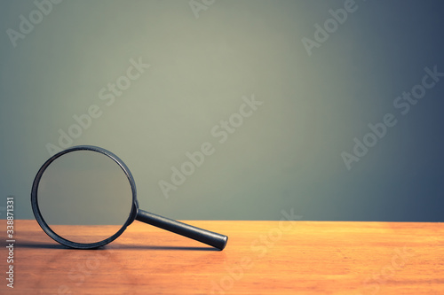 Cuadros en Lienzo Magnifying Glass on Wood Table