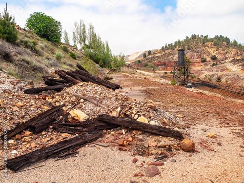 Valokuva Traviesas de madera abandonadas cerca de la antigua estación del tren minero de