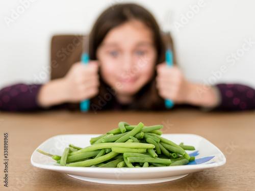 Photo Enfant souriant devant ses légumes verts