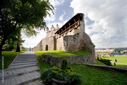 Fotografia Malownicze ruiny średniowiecznego zamku królewskiego w Nowym Sączu