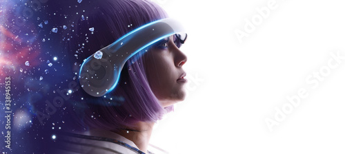 Photo Beautiful woman with purple hair in futuristic costume over white background
