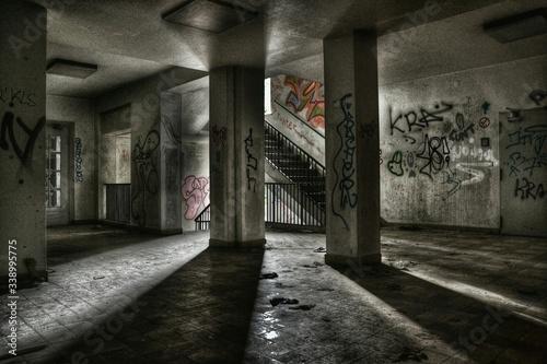 Obraz na plátně Sunlight Falling On Old Abandoned Building