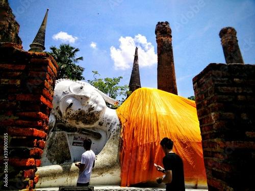 Fototapeta Sculpture Of Woman In Temple Courtyard