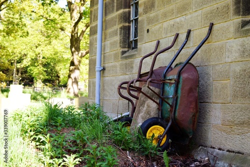 Foto Wheelbarrow By Wall
