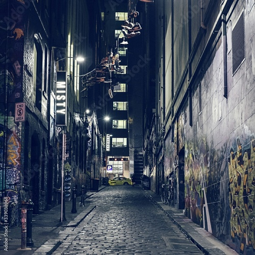 Canvas-taulu Alley Amidst Buildings In City