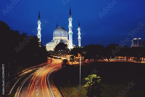 Photo Light Trails Leading Towards Sultan Salahuddin Abdul Aziz Mosque Against Clear S