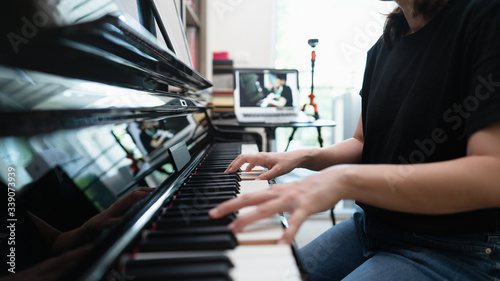 Fotografia Scene of piano lessons online class or E-learning while Coronavirus spread out or covid 19 crisis situation, vlog or teacher make online piano lesson to teach students pupils, Training from home