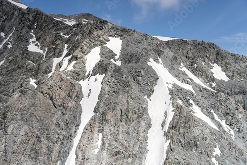 Photo dark rocky cliffs of the Abbess peak at Liebig range,  New Zealand
