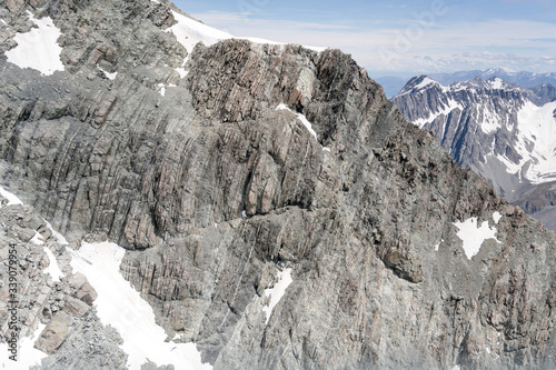 Photo platy rocky cliffs of the Abbess peak at Liebig range,  New Zealand