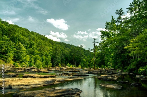 Papel de parede Scenic View Of Rocky River Against Sky In Sweetwater Creek State Park