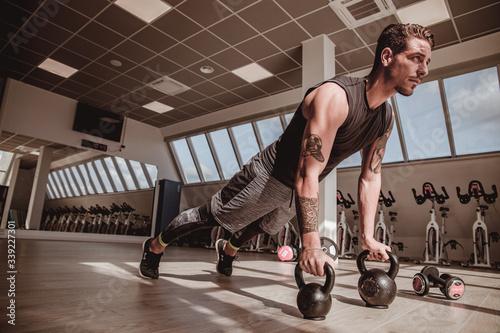 Personal trainer italiano che effettua dimostrazioni visive dei suoi allenamenti, eseguite a corpo libero Canvas Print