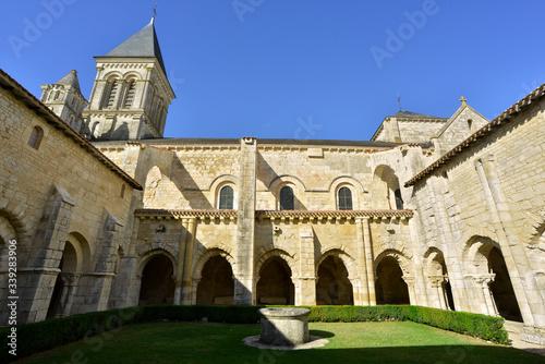 Photo Cloître de l'abbaye de Nieul-sur-l'autise (85240), Vendée en Pays-de-la-Loire, France