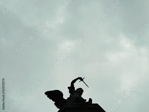 Cuadros en Lienzo Silhouette Statue Of Archangel Michael Against Cloudy Sky