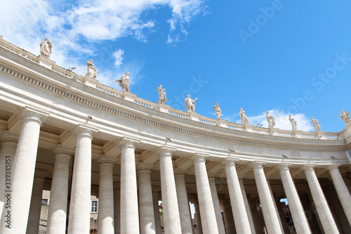 Cuadros en Lienzo A group of Saint Statues on the colonnades of St Peter's Square with blue sky an