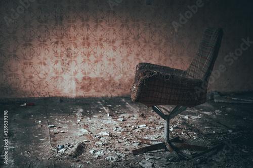 stary zniszczony fotel w opuszczonym budynku Slika na platnu