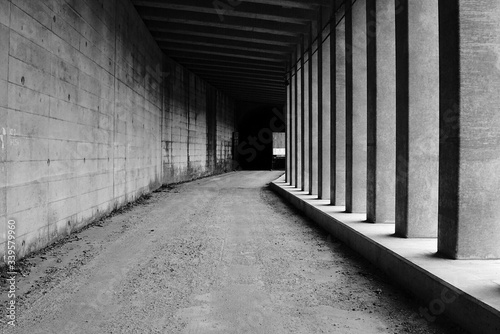Foto Empty Road By Colonnades