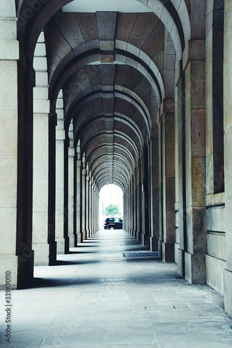 Leinwand Poster Colonnade In Building