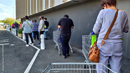 Fototapeta Coronavirus file d'attente au supermarché obraz