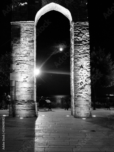 Canvas Print Triumphal Arch In City At Night