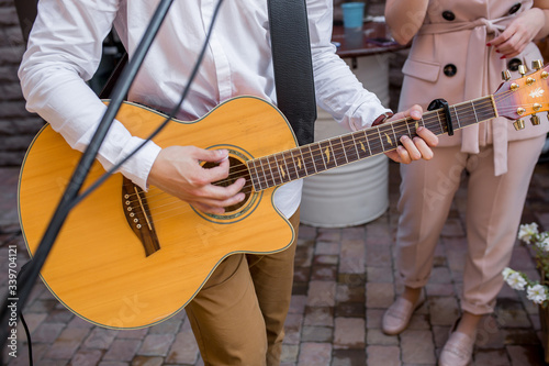 Musician playing guitar on wedding party. Fototapet