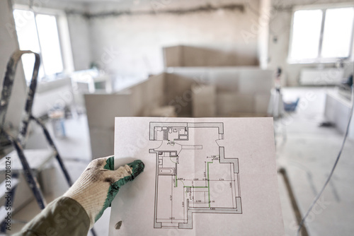 Photo The construction worker hold in hands Architectural blueprints