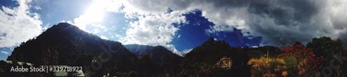 Fotografia Scenic View Of Mountain Landscape Against Cloudy Sky