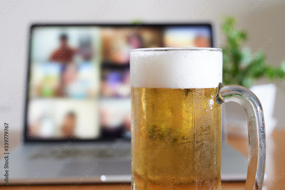 Fototapeta パソコンを使ったオンラインで飲み会をするイメージ