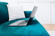 Homeoffice - mit dem Laptop auf dem Sofa arbeiten